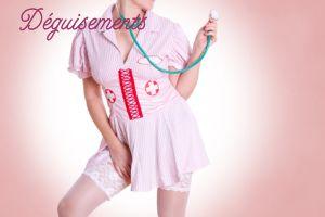 Corps de femme déguisée en infirmière, montrant ses jambes, sur fond rose.